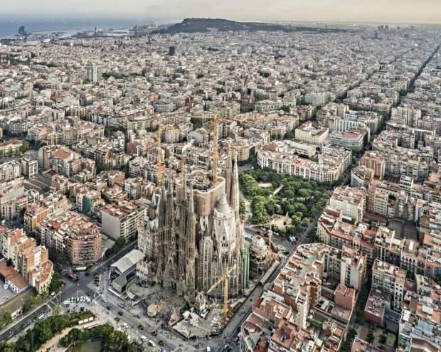 Los barceloneses continúan sin poder abrir las ventanas de sus casas por el intenso olor.