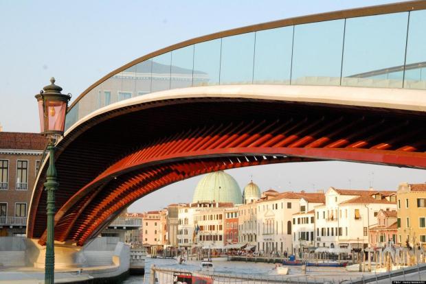 Uno de los puentes mas polémicos de Santiago Calatrava en Venecia, actualmente utilizado como Pista de Patinaje.