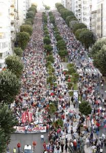 Miles de personas se lanzan a la calle en busca de armas de defensa