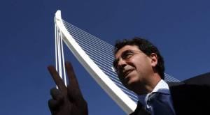El arquitecto Santiago Calatrava y uno de sus puentes mas famosos en Valencia.